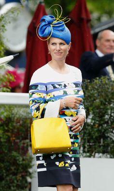 Ascot 2016: Zara Phillips fue optó por un sencillo pero alegre tocado, creado por la diseñadora británica Rosie Olivia, en azul y detalles amarillos que combinó con su vestido y bolso.