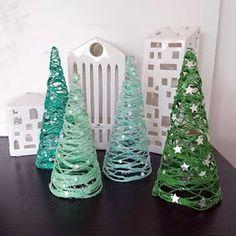 Da jeg tilsyneladende har et eller andet med juletræer i år, måtte jeg igang med at kreere et par stykker, efter at have set et billede af d...
