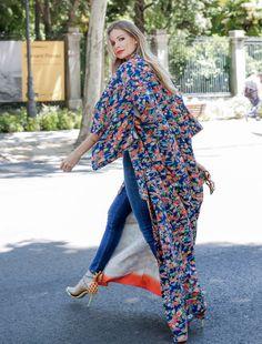 Giorgia Tordini y Gilda Ambrosio fueron las estrellas del último street style de París. ¿El motivo? Su look. Vaqueros, kimono extralargo de seda cruzado y actitud, mucha actitud. Hemos buscado las 30 mejores ideas para que luzcas cuanto antes esta tendencia.