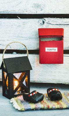 Askartele tonttuovelle postilaatikko, matto ja lyhty | Meillä kotona Recycled Crafts, Mailbox, Elf On The Shelf, Christmas Diy, Diy Home Decor, Recycling, Miniatures, Gift Wrapping, Sculpture