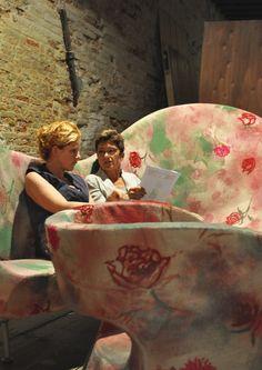 Esposizione di arredi Moroso con tessuti creati da Nuala Goodman e stampati da Clerici-Tessuto. Curatore della mostra Rossella Rossi.
