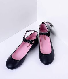 Adorable called, dames - they'd like their flats back. Perfectly picturesque in a sheeny patent and matte black vegan leather, cast in a ballet flat design, this darling duo features a closed toe, scalloped trim and cushion insole. Outfitted with a bow ad