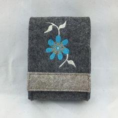 Tabakbeutel - Zigarettenetui aus Wollfilz mit Blume - ein Designerstück von Hermers-Design bei DaWanda