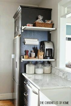 Small kitchen storage Here, floating shelves give kitchen accessories an easily reachable home. Get the tutorial at The Chronicles of Home Small Kitchen, Kitchen Remodel, Kitchen Decor, Small Apartment Kitchen Decor, New Kitchen, Kitchen Organization, Diy Kitchen, Kitchen Decor Apartment, Kitchen Design