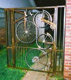 bicycle wheel gate upcycle (think I would spray it matt black) Old Bicycle, Bicycle Art, Bicycle Wheel, Bicycle Design, Yard Art, Pimp Your Bike, Recycled Bike Parts, Metal Gates, Welding Art