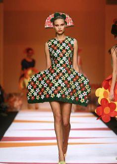 LA CARABA EN BICICLETA...: EL PICAFLOR... DE LAS PASARELAS Modern Fashion, High Fashion, Fashion Show, Contemporary Fashion, Fashion Design, Fashion Fail, Runway Fashion, Prada, Sculptural Fashion