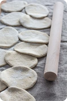 Gerollte Salzstangerln - Österreich, das schmeckt! Home Bakery, Bread Recipes, Rolls, Food And Drink, Baguette, Butter, Baking Buns, Sweet Desserts, Finger Food
