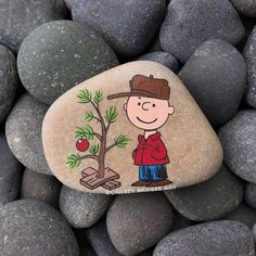 Rock Painting Patterns, Rock Painting Ideas Easy, Rock Painting Designs, Pebble Painting, Pebble Art, Stone Painting, Christmas Rock, Charlie Brown Christmas, Stone Crafts