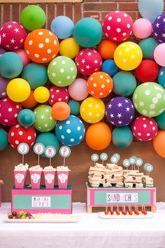 Fondo de globos de diferentes  colores y diseños.