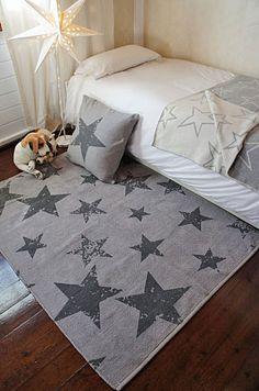Alfombra Lavable Reversible Vintage Star Elephant Lorena Canals, alfombra reversible en tonos grises con un elegante diseño con estrellas de estilo vintage por una cara y liso por la otra.