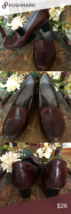 "Naturalizer Beautiful Brown Leather Causal pumps that are refined and comfortable.  Leather Upper Round closed toe with gore panel N5 Comfort System Heel 2-3/4"" Man Made Sole slight wear on bottom of soles Naturalizer Shoes Flats & Loafers"