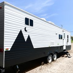 Camper Rental, Diy Camper, Camper Trailers, Caravan Makeover, Rv Makeover, Paint Rv, Old Campers, Happy Campers, Rv Redo