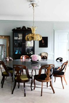 Eclectic Dark Dining Room (Skona Hem via Plush Palate)... that table!  I love!