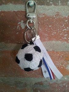 Wil jij een voetbal sleutelhanger haken? Op deze pagina vind je dit leuke patroon voor een originele sleutelhanger voor voetbalfans.