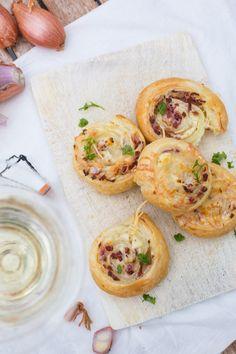 Flammkuchen-Schnecken aus Blätterteig. Super einfach und kommt immer gut an - kochkarussell.com