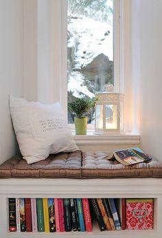 Zitje met kussens in het raamkozijn. Wat zou ik graag zo'n raambankje willen! Heerlijk plekje om te lezen.