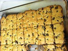 Yellow cake cookie bars DELICIOUS 1 box yellow cake mix 2 eggs melted butter 1 cups semi sweet choc chips Mix and bake in a pan at 350 Simple and fantastic when in a hurry! I suggest using a mixer, would have made it more simple Cookie Desserts, No Bake Desserts, Delicious Desserts, Dessert Recipes, Xmas Recipes, Yummy Food, Chocolate Chip Cookie Bars, Xmas Food, Yellow Cake Mixes