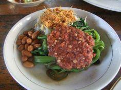 Pelecing kangkung, makanan khas dari Lombok, terdiri dari kangkung yang direbus dan disajikan dalam keadaan dingin dan segar dengan sambal tomat, yang dibuat dari Cabai rawit, garam, terasi dan tomat