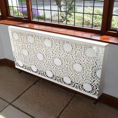 cache radiateur design en métal blanc avec grille ajourée à motifs de ferronerie