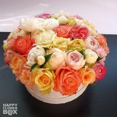 Букет из пионовидных и классических роз с щепоткой пионов и эустом в белой круглой коробке:)