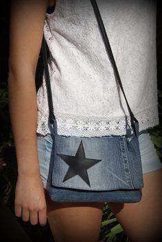 Petit sac pochette en jean recyclé avec étoile en simili cuir noir sur le rabat.  Fermeture du rabat par pression aimantée argentée.  Poche sur l'arrière (voir dernière p - 15783737