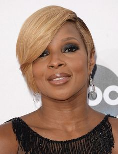 Mary J. Blige Side Parted Straight Cut Mary J. Blige kept it simple yet hip with this short side-parted straight cut at the American Music Awards.