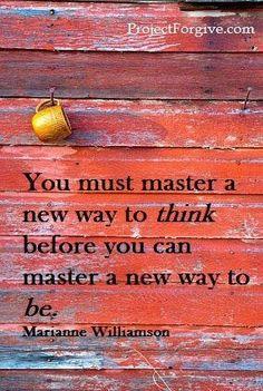 """""""Debes dominar una nueva manera de pensar antes de dominar una nueva manera de vivir."""" Marianne Williamson"""
