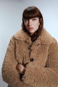 casaco pelúcia branco com gola, 2 bolsos, fechamento na frente com colchetes