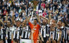 JUVENTUS: FESTA E COPPA PER LO SCUDETTO 2015-2016, PREMIAZIONE E FESTA SUI SOCIAL CON COMMENTI - FOTO E VIDEO Dopo la partita finita per 5-0, la Juventus ha ricevuto in campo la Coppa per lo scudetto 2015-2016, il quinto consecutivo per la società bianconera. Nella festa bianconera brilla la stella di Dybala #juventus #premiazionescudettoefesta Men's Football, Ronaldo, Stella, Sports, Video, Tops, Party, Hs Sports, Sport