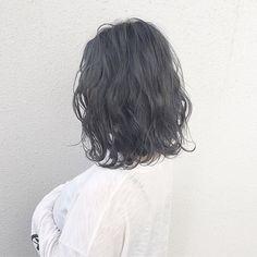 """(2ページ目)透き通る透明感が手に入るアッシュカラーは、トレンド問わず人気のヘアカラー。そんなアッシュを抑えて今注目されているのが""""ネイビー""""なのです。ダークトーンで落ち着きのある印象を持ちながら、きれいな透明感が手に入るネイビーは、今季イチオシのトレンドカラーですよ♡"""