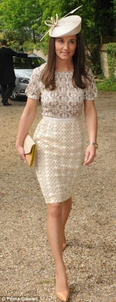 Pippa Middleton wearing the adelaide dress by Tory Burch and a Whiteley hat, the same style as worn by her sister the Duchess of Cambridge at the wedding of Verity Evetts and Christopher Buchanan at the Church of St Peter and Holy cross Pippa Middleton Style, Carole Middleton, Middleton Family, Pippa And James, Kate And Pippa, Wedding Hats For Guests, Pantyhosed Legs, Victoria, Royal Fashion
