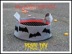 DIY Make A Halloween Candy Bowl. Trick or Treat! There is still time for one last Halloween project. Make this spooky fabric Halloween candy bowl! Diy Halloween, Halloween Candy Bowl, Halloween Treat Bags, Halloween Projects, Halloween Decorations, Bag Patterns To Sew, Sewing Patterns Free, Quilting Patterns, Sewing Projects