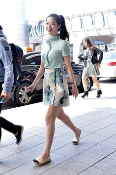 """[INFO] Sulli airport fashion Shirt Tory Burch 130000won Skirt Tory Burch 430000won Shoes FLAT ESPADRILLE 180000won"""