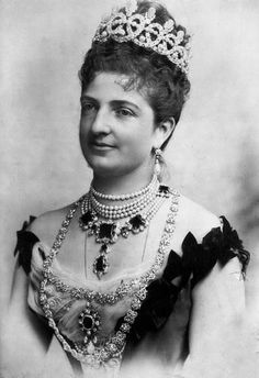 Queen Margherita Pearl & Diamond Loop Tiara, also Emerald necklace, and Diamond link necklace. Margherita was known for her large pearl collection. Royal Crown Jewels, Royal Crowns, Royal Tiaras, Royal Jewelry, Tiaras And Crowns, Gothic Jewelry, Diamond Tiara, Pearl Diamond, Emerald Diamond
