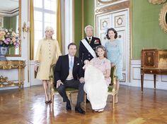 Prinsesse Lenore med sin nærmeste familie, forældrene, Christopher O'Neill og Prinsesse Madeleine, og hendes bedsteforældre Kong Carl Gustaf, Dronning Silvia og Eva Maria Walter.