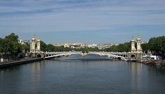 El #PontAlexandreIII, con casi 109 metros es uno de los más largos de #París y cuenta con un solo arco, pensado para no entorpecer la navegación. http://www.viajaraparis.com/lugares-para-visitar-en-paris/invalides-de-paris/ #turismo #viajar #Francia