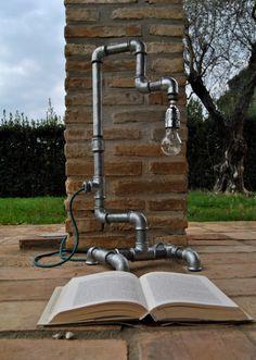 ACQUA | lampada da tavolo  Realizzata con tubi idraulici ha un'anima spartana e minimale ma un grande carattere.  Per informazioni: info@spazioecofficina.org