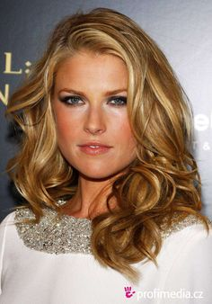 Splendid paragon of beauty Ali Larter Classy Hairstyles Larter landed her first professional roles in 1997 when she appeared in several tele Classy Hairstyles, Older Women Hairstyles, Celebrity Hairstyles, Pretty Hairstyles, Ali Larter, Dark Golden Blonde, Hair Color Dark, Blonde Color, Hair Colour