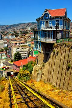 The hanging house and the old cable car in Valparaiso, Chile. I have been there is beutiful. I love Chile Places Around The World, Oh The Places You'll Go, Places To Travel, Places To Visit, Around The Worlds, Travel Destinations, Beautiful World, Beautiful Places, Wonderful Places