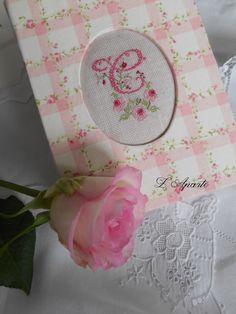 Carnet cartonnage avec monogramme brodé aux points de croix sur du lin. 1 fil 1/1. Tissu fleurs roses. Notebook monogram embroidery cross stitch linen pink