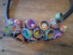 En attendant l'été, un collier floral avec mise en application d'un montage trouvé là : Quelques gros plans…  Pour faire les corolles,commencer par réaliser un ruban comme …