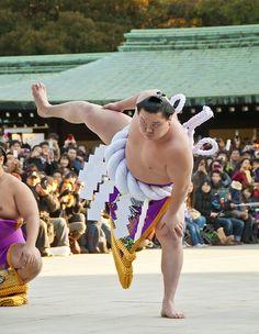 Yokozuna Hakuho performed dezuiri in front of the main hall of Meiji Jingu Shrine. Dezuiri is a ring-entering ceremony or ritual by reigning Yokosuna. Japan. S)
