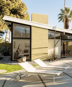 Mid-century architecture: Let's fall in love with the most amazing mid-century modern interior design projects Modern Landscape Design, Modern Landscaping, Modern House Design, Modern Interior Design, Mid Century Decor, Mid Century House, Modern Exterior, Interior Exterior, Exterior Design