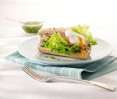 Broodje tonijnsla met salsa verde en gepocheerd ei