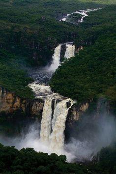 """Chapada dos Veadeiros - Alto Paraíso de Goiás/GO... Localizada no centro-oeste do estado de Goiás, é um importante centro dispersor de drenagem, com a maioria de seus rios escavando vales em forma de """"V""""... O principal é o Rio Preto, um afluente do Rio Tocantins, que forma várias cachoeiras ao longo de seu curso."""