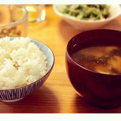 日本人はでんぷん(お米)と水と味噌で生きてた、それが堅強な肉体を作り、刀を持ち、山を走り、子供を8人産み、母乳はこんこんと湧き出た。戦後アメリカの栄養学が入ってきてからタンパク質をとれと、肉、牛乳、卵を食べさせられた。今では2人に1人がガンになる現代、アトピーや成人病が増え、ご飯を食べる量は減り、カチカチになるタンパク質ばかりを食べ、子宮は冷え、乳がんや子宮筋腫や卵巣異常を生む。