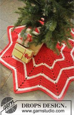 """DROPS Jul: Hæklet DROPS juletræstæppe i """"Eskimo"""" med striber og sik-sak mønster. Klik her for at se og printe opskriften. Det skal du bruge: Mål: ca 95 cm i d"""