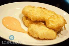 Merluza de anzuelo rebozada con huevo y acompañada con mahonesa de pimiento asado. Un bocado delicioso.