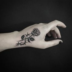 Tatuaje De Una Pequeña Rosa En La Mano Artista Tatuador Kane