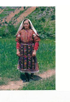 https://flic.kr/p/NkMgX2   Veshje Popullore Shqiptare - Albanian Folk Costumes. Photo.N.B - 95   Costumi tradizionali in Albania  Come in molti paesi europei, i costumi tradizionali sono scomparse quasi del tutto dalla vita quotidiana. Tuttavia, se si è fortunati si possono trovare alcune persone in alta uniforme, il più delle volte le donne anziane dei villaggi, quando sono in corso di mercato o per un'occasione speciale.  I costumi popolari albanesi mostrano una grande diversità di stili e…